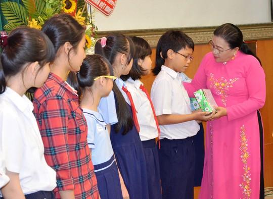 Bà Nguyễn Thị Bích Thủy, Phó Chủ tịch LĐLĐ TP HCM, trao học bổng Nguyễn Đức Cảnh cho con CNVC-LĐ