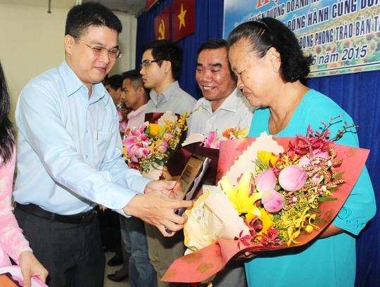 Ông Cao Văn Thăng, Chủ tịch LĐLĐ quận Phú Nhuận, chúc mừng các chủ doanh nghiệp được tuyên dương