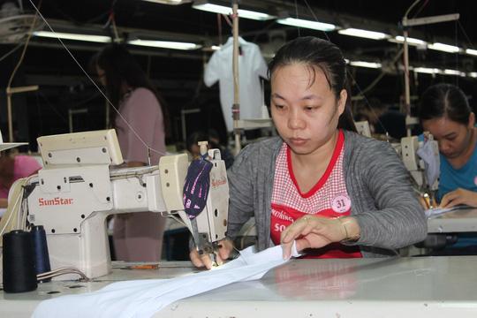 Công nhân thi thực hành tại hội thi Bàn tay vàng ngành may