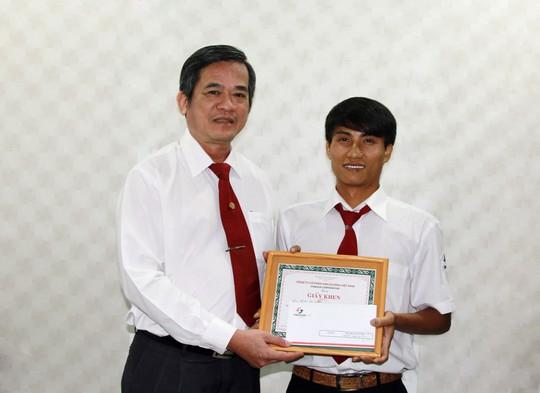 Ông Huỳnh Văn Sỹ, Phó Tổng Giám đốc Vinasun (bìa trái), trao giấy khen cho tài xế Trần Đức Thọ