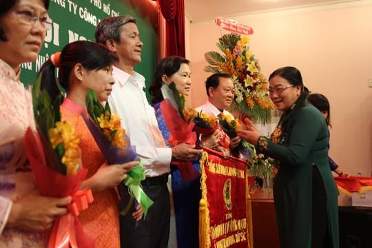 Bà Nguyễn Thị Bích Thủy, Phó Chủ tịch LĐLĐ TP HCM, trao cờ Tổng LĐLĐ Việt Nam cho Công đoàn Tổng Công ty Công nghiệp Sài Gòn