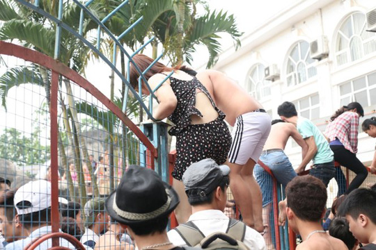 Hỗn loạn leo rào vào công viên nước tắm miễn phí