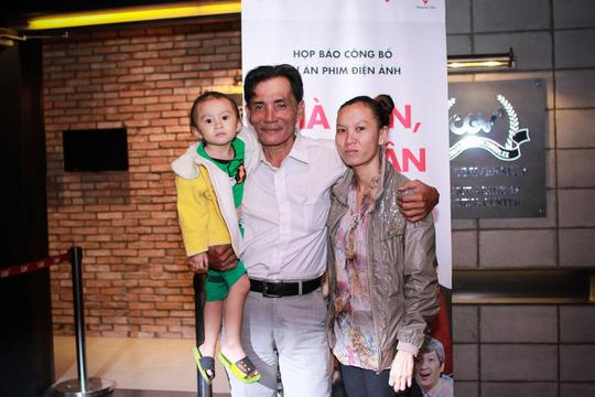Thương Tín cùng vợ và con