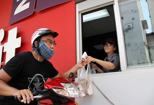 Những người khác tiếp tục đến quầy để nhận được phần thức ăn nhanh miễn phí, kèm chiếc áo thun có logo của cửa hàng
