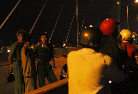 Gần hết giờ bắn pháo hoa, lực lượng chức năng mới đến giải tán những người trên cầu.