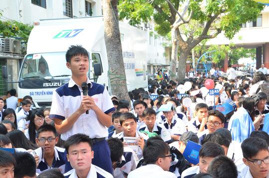 """Thí sinh đặt câu hỏi trong chương trình """"Đưa trường học đến thí sinh năm 2014"""" tại TP HCMẢnh: TẤN THẠNH"""