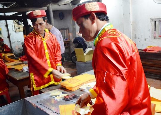 Ban tổ chức Đền Trần (Nam Định), cho biết ấn sẽ được phát đến tận ngày 20 tháng giêng năm Ất Mùi
