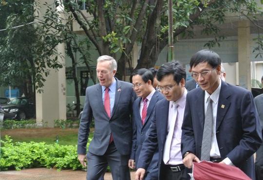 Đại sứ Mỹ trong khuôn viên trường ĐH hàng đầu Việt Nam
