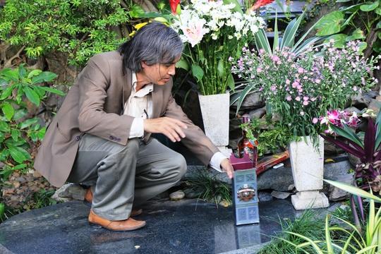 ông Ngô Hữu Lợi, từ Huế vào thăm mộ nhạc sĩ và cho biết đêm nay mình sẽ tổ chức một đêm Thao thức cùng Trịnh tại mộ. Đây là dịp người yêu Trịnh gặp gỡ, hát cho nhau nghe