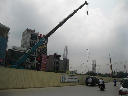 Cần cẩu đang hoạt động tại dự án đường sắt trên cao, tuyến Nhổn - ga Hà Nội (đường Hồ Tùng Mậu, quận Nam Từ Liêm, Hà Nội) - Ảnh: Nguyễn Hưởng