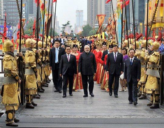 Ông Modi được người dân Tây An chào đón bằng phong cách và trang phục từ thời Đường. Ảnh: CCTV