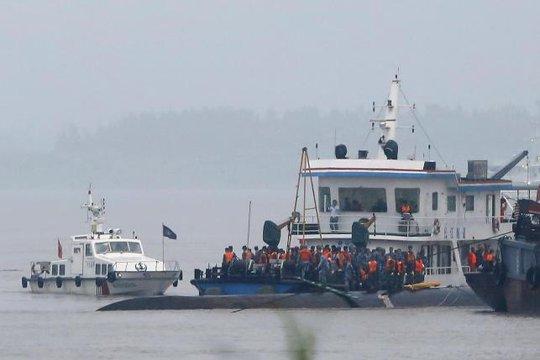 Lực lượng cứu hộ đang tận dụng mọi cơ hội để tìm kiếm hành khách gặp nạn. Ảnh: Reuters