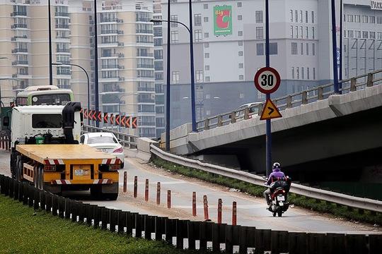 Trên cầu vượt Cát Lái còn có những khúc cua gấp và đông đúc xe tải, xe máy di chuyển trên này dễ gây tai nạn giao thông