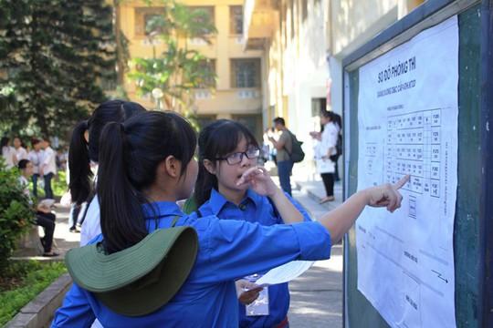 Tình nguyện viên đang hướng dẫn các thí sinh vào trong phòng thi