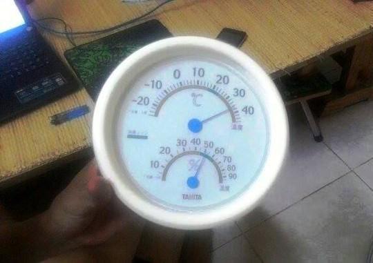 Mặc dù 23 giờ nhưng nhiệt độ trong nhà vẫn ở mức 38 độ C