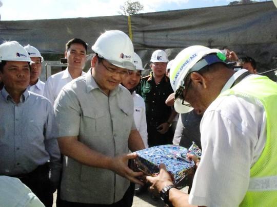 Phó Thủ tướng tặng quà cho đơn vị giám sát