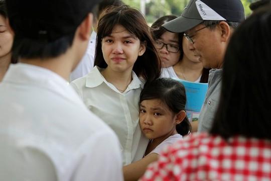 : Cảnh ngộ gia đình thí sinh đoàn tụ tại điểm thi khiến nhiều người rơi nước mắt