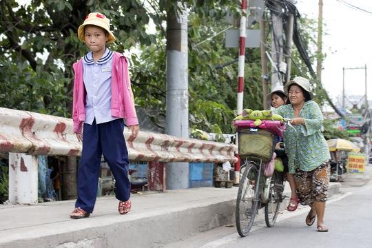 Lên những con dốc cao, Huỳnh Giao thường xuống đi bộ để mẹ đỡ nặng