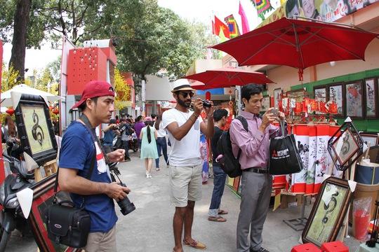 Nhiều du khách nước ngoài tỏ ra thích thú