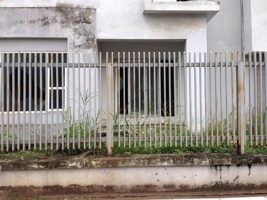 Biệt thự bạc tỉ bỏ hoang, cỏ mọc um tùm, hàng rào sắt hoen rỉ