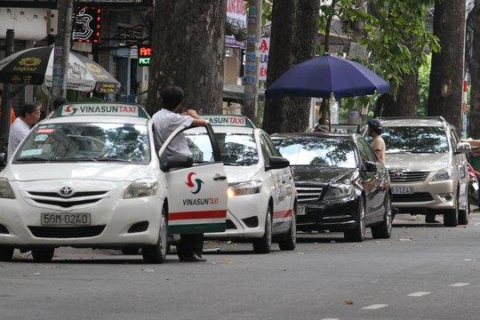 Đường Bùi Thị Xuân, quận 1, TP HCM thường xuyên ùn tắc vì ô tô đậu quá dày Ảnh: HOÀNG TRIỀU