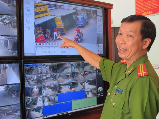 """Qua màn hình giám sát, trung tá Hưng có thể giám sát gần như toàn bộ các điểm """"nóng"""" của phường 12, quận Gò Vấp"""