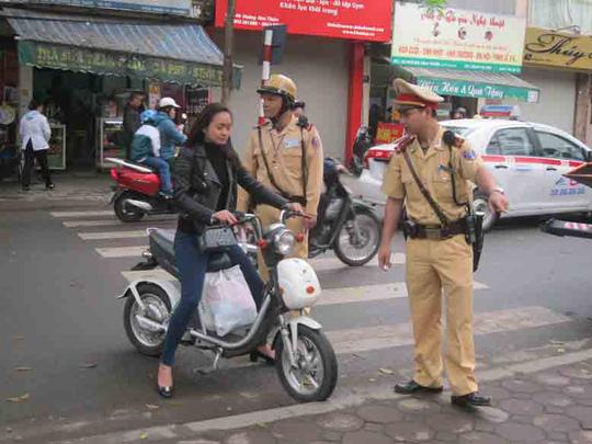 Người điều khiển xe đạp điện không đội MBH bị CSGT TP Hà Nội xử lý  Ảnh: Nguyễn Hưởng
