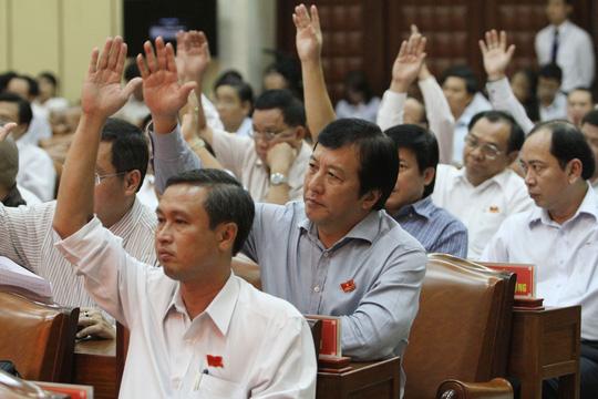 Các đại biểu biểu quyết thông qua tờ trình của UBND TP HCM về tăng phí ô tô Ảnh: HOÀNG TRIỀU
