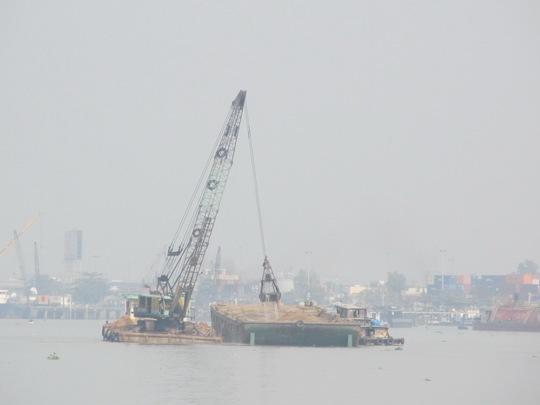 Xáng cạp của Công ty Hiệp Phước hoạt động trên sông Đồng Nai Ảnh: THU SƯƠNG