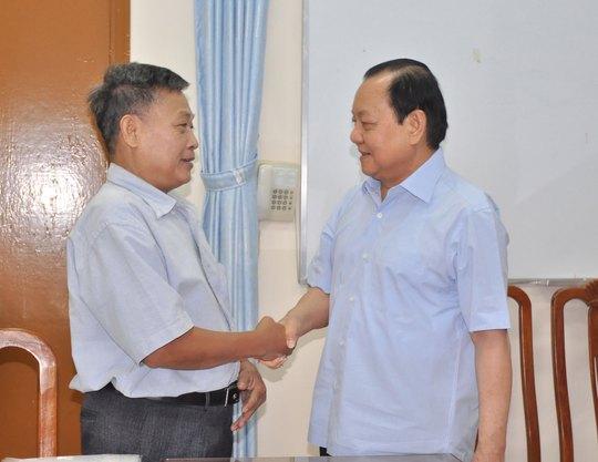 Bí thư Thành ủy TP HCM Lê Thanh Hải (bên phải) bắt tay chúc mừng ông Lê Văn Lâm sau khi vụ việc khiếu nại đất đai kéo dài gần 10 năm được giải quyết