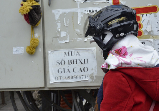 Tờ rơi quảng cáo mua sổ bảo hiểm được dán nhiều nơi quanh Khu Công nghiệp Hòa Khánh, TP Đà Nẵng Ảnh: BÍCH VÂN