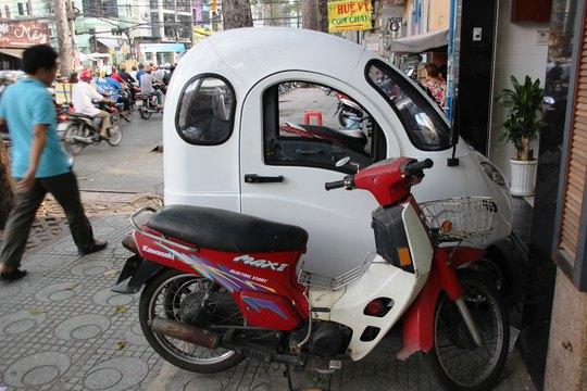 Một chiếc ô tô điện đỗ trên đường ở TP HCM Ảnh: LÊ PHONG