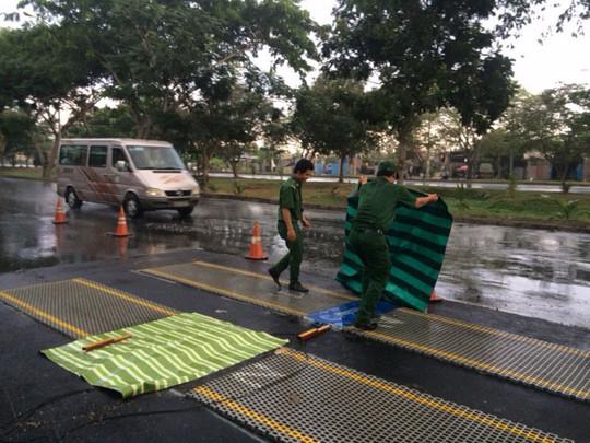 Một trạm cân di động khi trời mưa phải che chắn và ngừng hoạt động