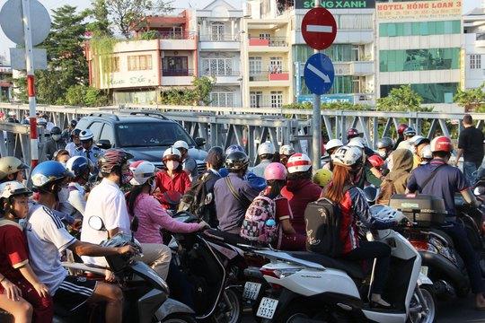 Nhiều phương tiện chen chúc nhau qua cầu Trần Khánh Dư vào giờ cao điểm