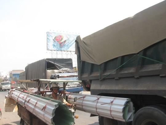 Xe tải, xe khách nối đuôi nhau trên Quốc lộ 1 qua địa bàn tỉnh Đồng Nai