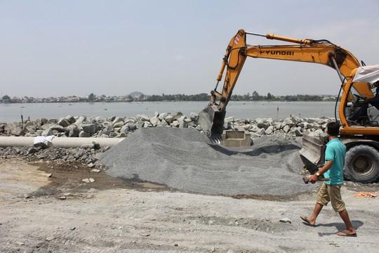 Sông Đồng Nai đang bị san lấp để làm dự án mà không được lấy ý kiến của các địa phương bị ảnh hưởng Ảnh: XUÂN HOÀNG