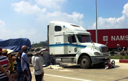 Một vụ va chạm giữa xe container và xe máy trên đường dẫn vào đường Cao tốc TP HCM - Long Thành - Dầu Giây ngày 4-6
