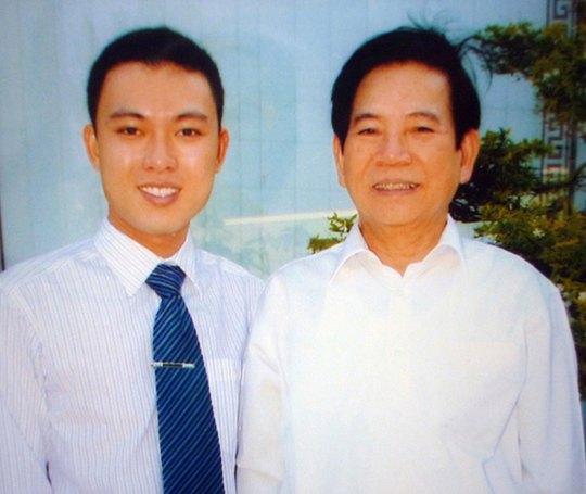 Đỗ Đặng Phi Long chụp ảnh lưu niệm với nguyên Chủ tịch nước Nguyễn Minh Triết khi ông đến thăm công ty. (Ảnh do nhân vật cung cấp)