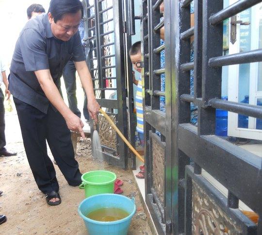 Phó Chủ tịch UBND TP HCM Nguyễn Hữu Tín kiểm tra chất lượng nước tại quận 12, TP HCM