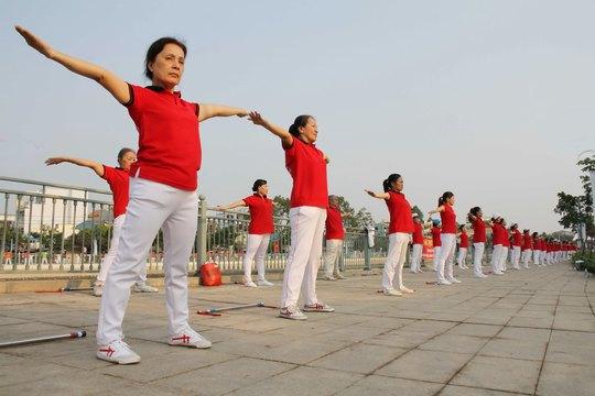 Người dân tập thể dục hai bên bờ kênh Tân Hóa - Lò Gốm Ảnh: HOÀNG TRIỀU