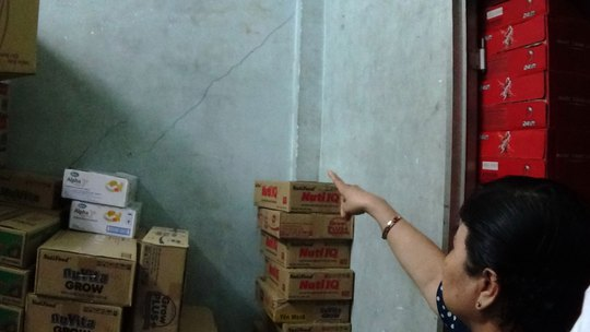 Tường nhà bà Cao Thị Dung bị nứt vì rung chấn khi xe tải qua gờ giảm tốc  Ảnh: LÊ PHONG