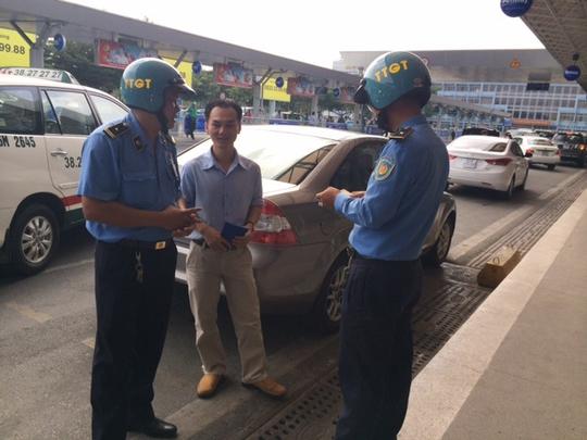 Thanh tra Sở GTVT TP HCM kiểm tra các xe có sử dụng phần mềm Uber tại nhà ga Tân Sơn Nhất