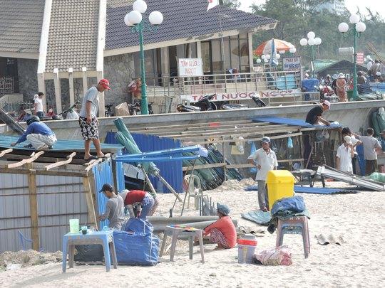 Người dân tháo dỡ những ki-ốt xây dựng trái phép dọc bãi biển