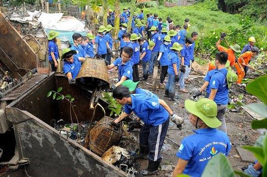 Sinh viên khơi thông dòng chảy một tuyến kênh rạch ở quận Bình Thạnh, TP HCM