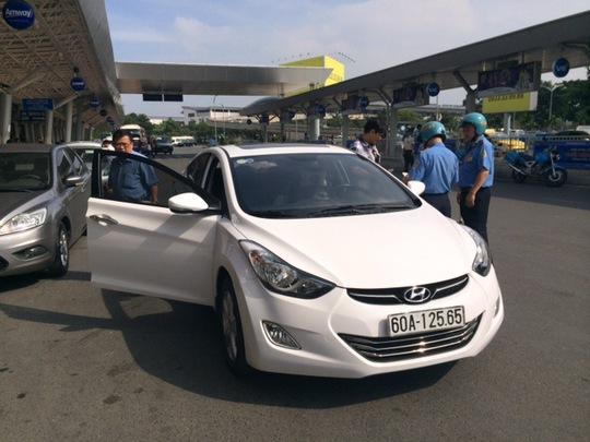 Lực lượng chức năng kiểm tra một taxi Uber tại TP HCM Ảnh: THU HỒNG