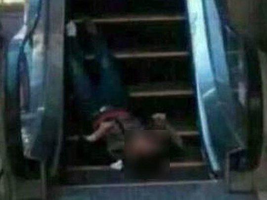 Một nạn nhân được phát hiện tại thang cuốn. Ảnh: News.com.au