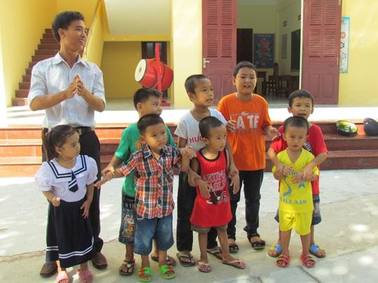Thầy Nguyễn Ngọc Hạ và các em học sinh Trường Tiểu học xã đảo Sinh Tồn
