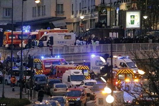 Các con đường quanh tiệm tạp hóa chật cứng xe cảnh sát, cứu thương, cứu hỏa. Ảnh: AP