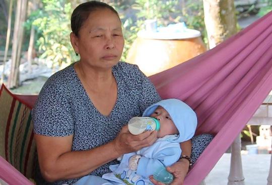Quốc Huy hạnh phúc bên vòng tay chăm sóc của ông bà ngoại và các dì