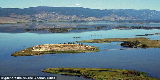 Por-Bajin nối với vùng đất khác bằng 1 lối đi nhỏ. Ảnh: The Siberian Times